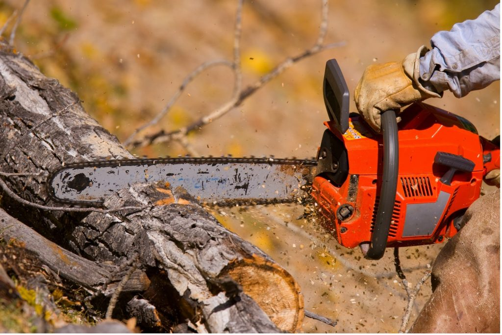 Stihl-chainsaw-red-chainsaw-rustic-wood-min