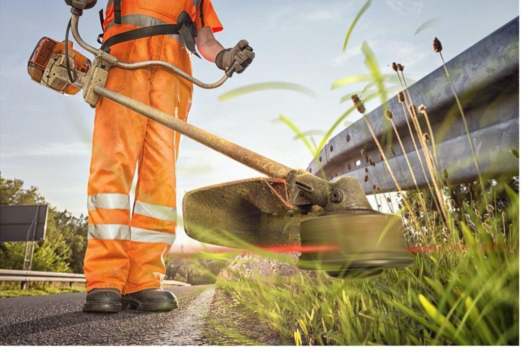 Stihl-brushcutters-worker-orange-overalls-min