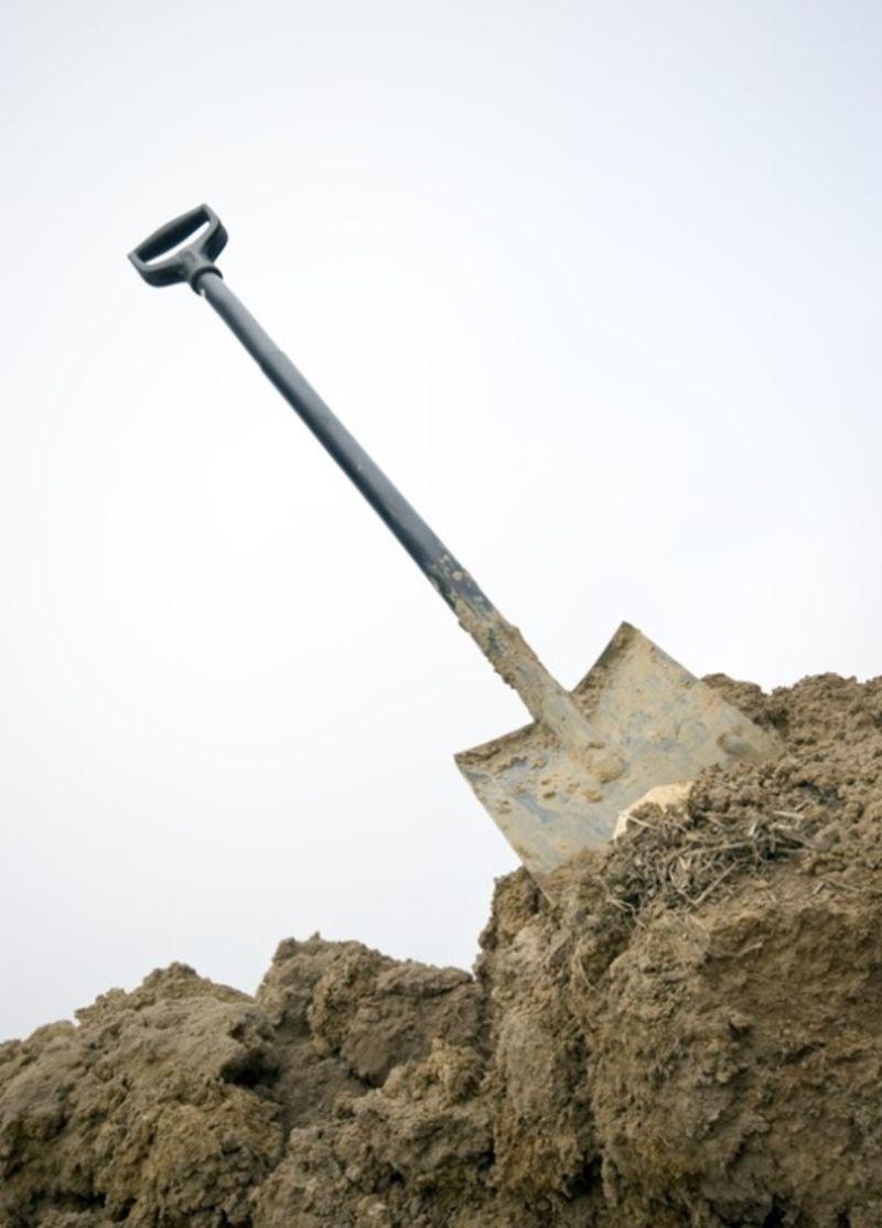 stihl-brushcutters-spade-in-soil-min